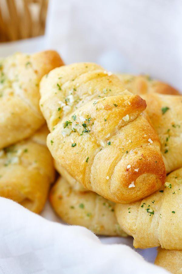 Mantequilla de ajo con queso Media Luna Rolls - rollos de media luna increíbles cargados con queso mozzarella y cubierto con mantequilla de hierbas ajo.  Receta fácil que tarda 20 minutos |  rasamalaysia.com