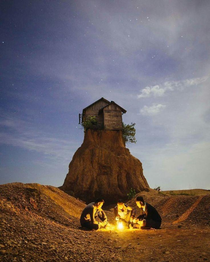 Ada Rumah unik di Kalimantan Selatan, Rumah ini tidak punya tetangga dan berposisi di atas gundukan tanah