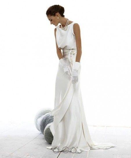 Abito da sposa semplice in seta con cintura sottile annodata in vita