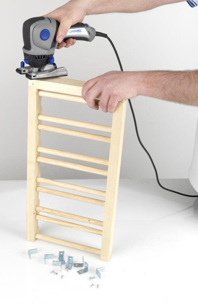 Pasul 5   Apoi, poziţionaţi lungimile de lemn rămase pe fiecare parte a cadrului. Efectuaţi orificiile pilot pentru ataşarea colţarelor de metal, apoi înşurubaţi şuruburile de 25 de mm şi finalizaţi cadrul de lemn prin folosirea Dremel TRIO şi a frezei de tăiere multifuncţională (TR563).