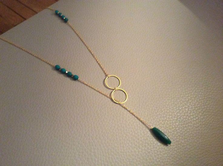Collier sautoir cravate vert dur et cristaux dorés Swarovski , cercles dorés, chaîne fine dorée : Collier par guerloule