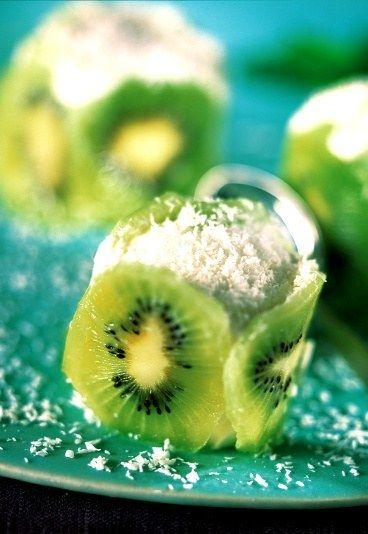 Glaces : glace au lait de coco et kiwi, glace verte au coco et au kiwi - Menu vert: entrée verte, plat vert et dessert vert, menu de couleur verte - Pour un menu vert, de l'entrée au dessert, pensez à entourer votre boule de glace de quelques tranches de kiwi. Le plus : saupoudrez votre dessert de noix de coco râpée…Effet bluff garanti...