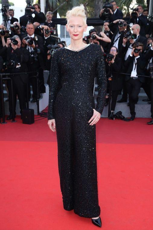 Cannes 2017:  Tilda Swinton w kombinezonie Haider Ackermann na jubileuszu Festiwalu Filmowego w Cannes