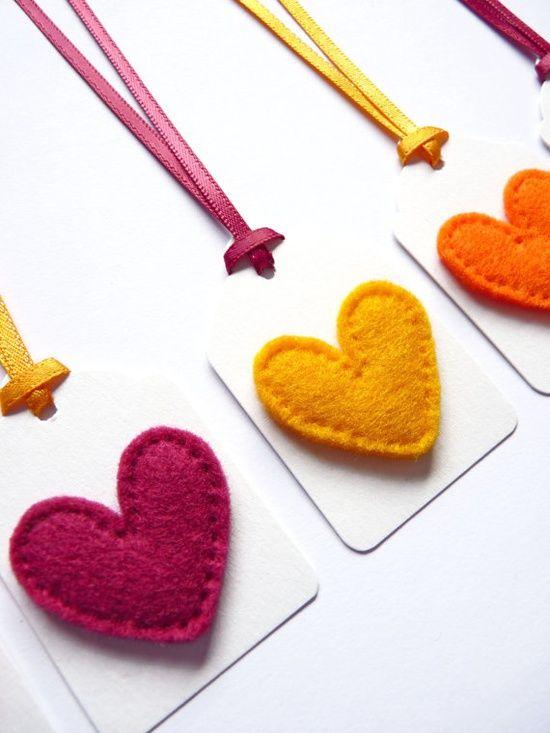 Etiquetas con corazones de fieltro para decorar regalos con etiquetas