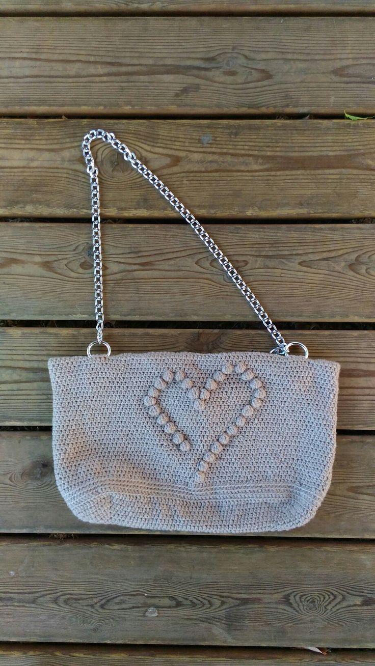 """Finalmente pronta la borsetta con cuore di noccioline """" Nut #hearth Bag """". Bag Handmade Crochet . Realizzata all'uncinetto. Filato champagne. Fatta a mano e madewithlove . Fodera interna , 2 pratiche tasche , chiusura con bottone calamita .  #bag #handmade #crochet .  #Amigufra #nonsoloamigurumi #madewithlove. #fattaamano #madeindomo #conilcuore #cute #summer2016 #tipidaspiaggia #hearth #bagaddict #spedizioniintuttaitalia #bagblogger #chainbag #minibag #dinnerbag #purseaddict"""
