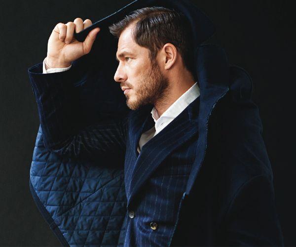 """'Dressed Up' met Atelier """"Hello modern tailoring!"""" Scotch & Soda introduceert 'Atelier Scotch'. 'Formal dressing' oftewel een wat klassieke en meer 'classy' look voor de man van nu. De authentieke 'tailoring' is zeker niet stijfjes maar cool & comfortabel. Items in prachtige stoffen als tweed of jacquard gecombineerd met chunky wol of kasjmier. Een stijlvolle print en de bekende verfijnde details maken de collectie af. Vanaf deze herfst is de collectie verkrijgbaar in de winkel. """"Ben jij ..."""