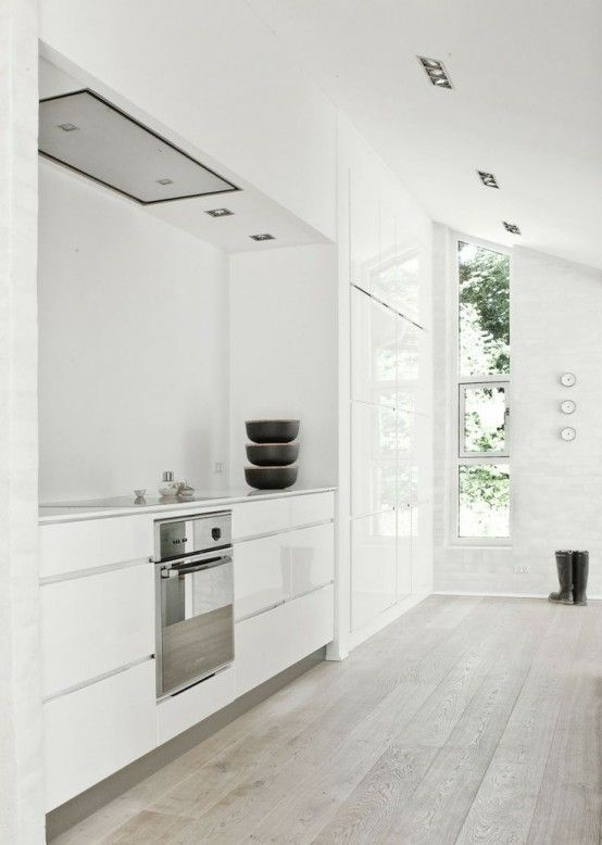 Love this look! They are easier to keep clean than dark hardwoods. 45 Cozy Whitewashed Floors Décor Ideas | DigsDigs