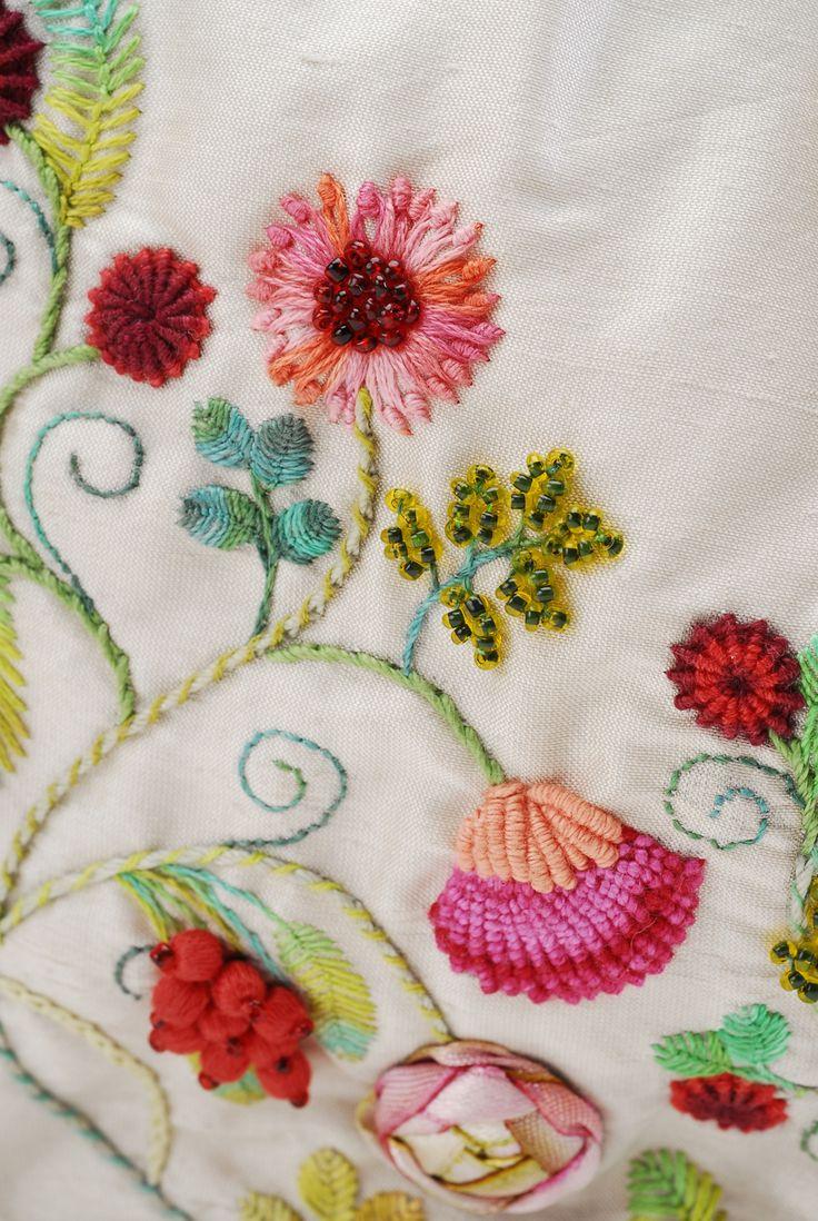 Gerbera, clavel y rosa, detalle. Bordado a mano por Carolina Gana. Taller de Bordado Rococó. Santiago de Chile. CGP©2008