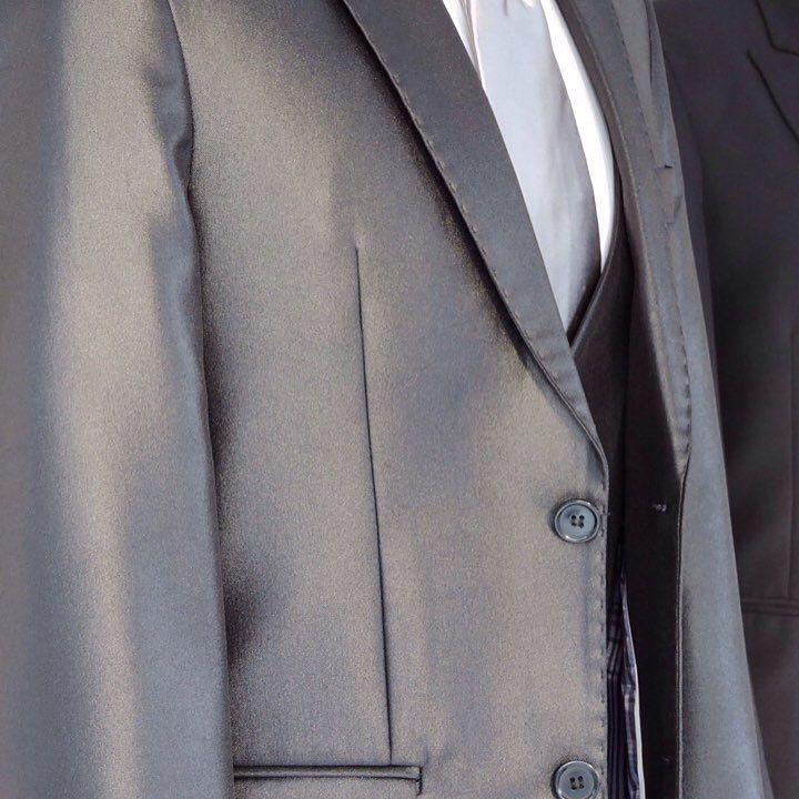 Lindo traje slim fit 2 botões. Cai muito bem para o noivo, mais pode ser usado também por padrinhos e convidados. @la_beca #la_beca #labeca