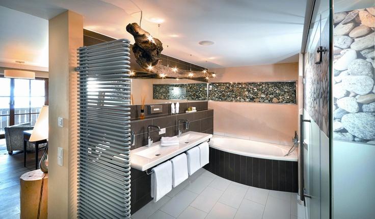 Badezimmer in einer Junior Suite Deluxe im Wellnesshotel Alpine Palace in Saalbach Hinterglemm