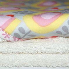 Grande cape de bain naissance bio motifs tulipes pour bébé fille, fait-main kumoandfriends