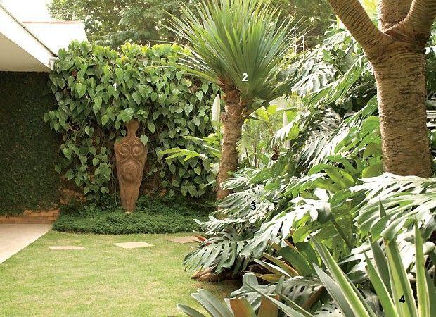A escultura, de autor desconhecido, já estava no espaço quando os moradores se mudaram. Para emoldurá-la, a paisagista usou jiboias (1). A vista do jardim ainda reúne pândanos (2), costelas-de-adão (3) e agaves (4) (Foto: Casa e Jardim)