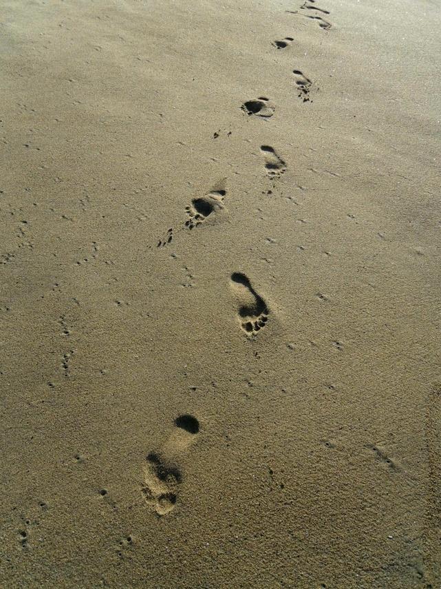 Pegadas nas areias na praia de Valparaíso, Chile