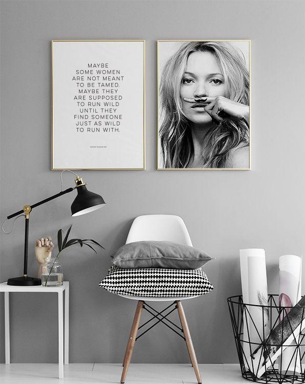 Kate Moss, life is a joke, poster - Graue Wandfarbe - Weiß, Schwarz, Grau  Poster und Wandbilder  Stuhl DSW Eames Charles und Ray:  https://modecor.com/Eames-DAR-Stuhl-in-Weiss