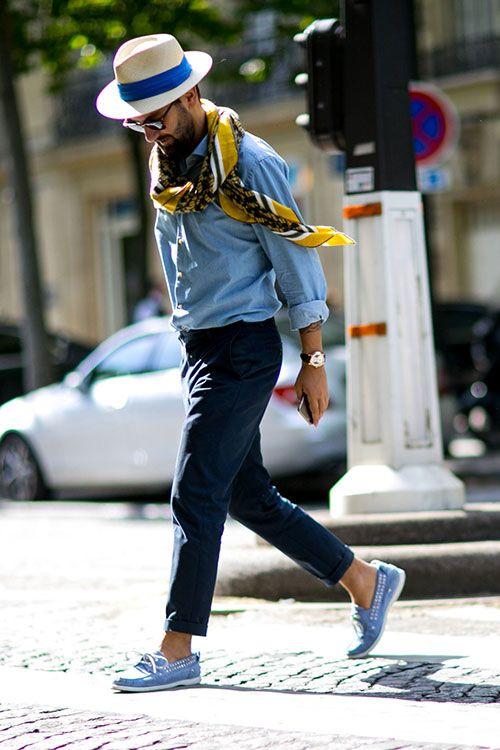 ダンガリーシャツ×紺チノパン×ライトブルーデッキシューズ