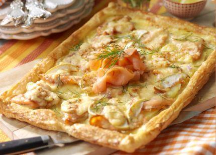 Ingredienti x 4:1 rotolo di pasta sfoglia 2 tazza di panna acida 2 tuorli d'uovo 8 patate cotte fredde ½ mela verde 150-200g salmone affumicato 2 tazze di formaggio grattugiato 1. Stendete la pasta su una teglia con carta da forno. Ripiegare i bordi 2. Topping: Mescolare i tuorli d'uovo insieme panna sale e pepe. vesare sulla sfoglia. Tagliate patate e mela. Disporre salmone, patate, mele formaggio sulla pizza. 3. Cuocere in forno 225 ° per 20'' guarnire con salmone e aneto.