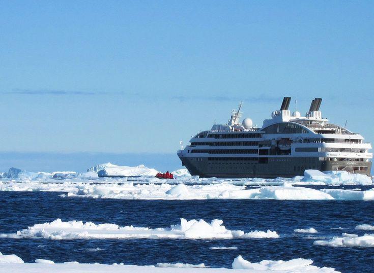 Le navire Boréal par Ponant sur un océan de glace - croisière en Antarctique