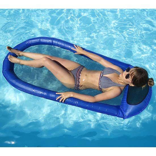 oor wie het liefst uren in het water ligt als de zon schijnt: deze drijvende hangmat is perfect om het lang vol te houden bij hoge temperaturen. Doordat het grootste gedeelte van je lichaam in zee of het zwembad ligt, zul je niet snel oververhit raken. En dankzij de opblaasbare kussen lig je ook nog eens heel lekker. De flexibele veerdraad aan de randen zorgt voor nog meer stabiliteit in het water. --- Reiscadeaus / Travel Gifts