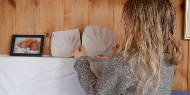 KUNST: – På peisen, ved siden av bildet fra da vi var baby, skal hendene våre stå, sier Filippa.