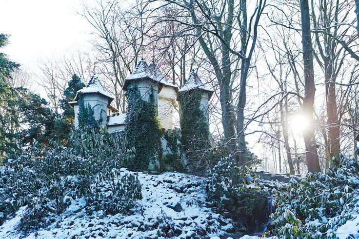Het kasteel van Doornroosje in het prachtige ochtendzonnetje in de winter
