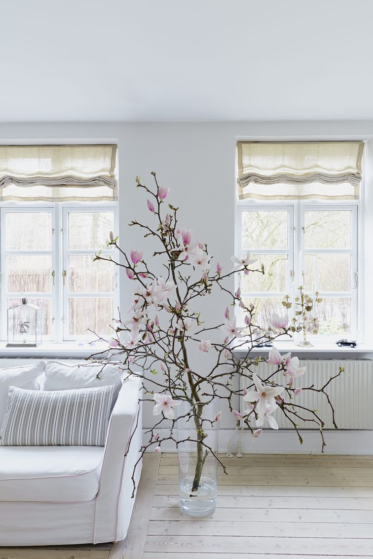 How stunning is this huge Magnolia branch inside the house?! <3