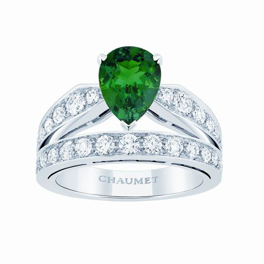 Chaumet http://www.vogue.fr/joaillerie/shopping/diaporama/emeraude-lumineuse/9949/image/617332#chaumet