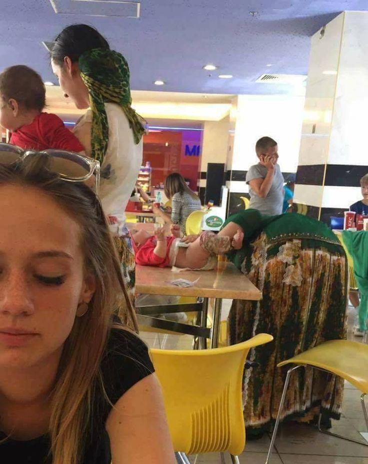 A Maros Mall-ban lévő KFC-nél már pelenkát is lehet cserélni, egyenesen az étkezőasztalon 😳 http://ahiramiszamit.blogspot.ro/2017/08/a-maros-mall-ban-levo-kfc-nel-mar.html