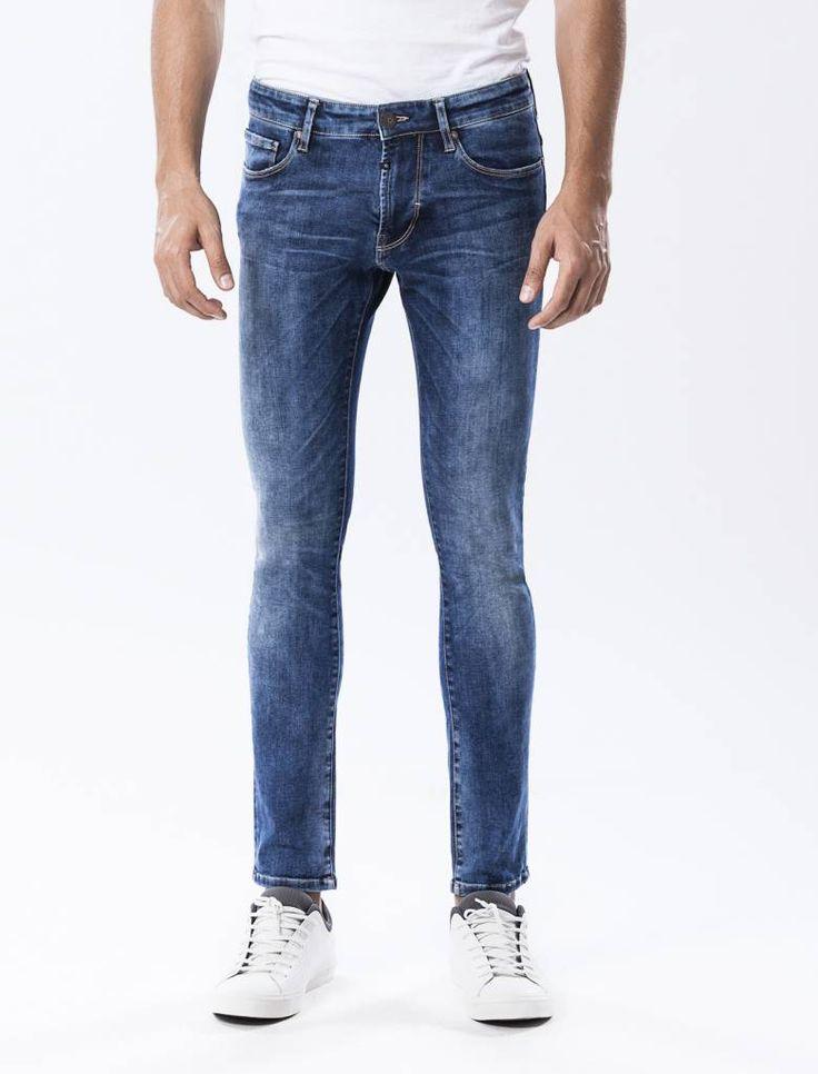 Patrick Cobalt Vintage Blue Skinny Jeans  Description: Cup Of Joe is een denimlabel dat al dertig jaar te boek staat als een betaalbaar brand. COJ haalt zijn inspiratie uit de fijne vaak kleine dingen des levens. Daar jeans deel uitmaakt van ons dagelijks bestaan moeten we er net zo van genieten als bijvoorbeeld ons gebruikelijke kopje koffie. Dat is het motto.Het gaat zeker lukken met deze Patrick in de kleur kobaltblauw vintage. Grote kans dat hetéén van je favoriete spijkerbroeken wordt…