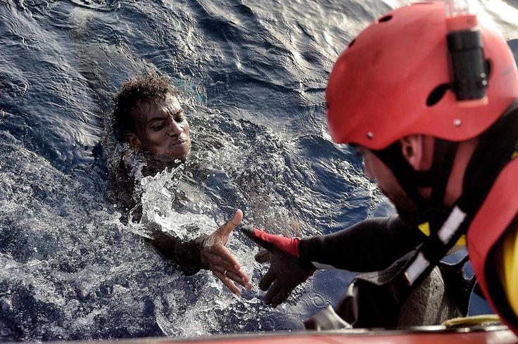 Un migrante soccorso nel mar Mediterraneo, il 3 ottobre 2016. - (Aris Messinis, Afp)