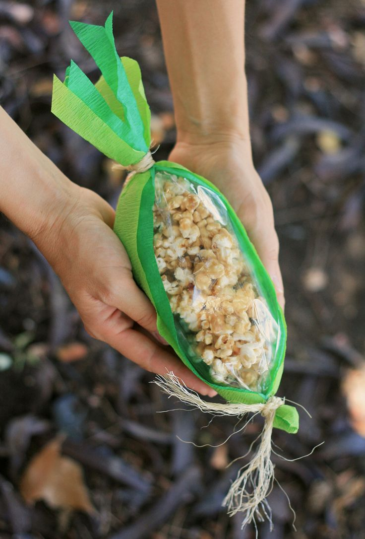 It's a new month and that means another installment of our Real Crafts feature for Raising Arizona Kids magazine. This month we're sharing the very cool Caramel Corncobs. Need a party favor, hostess gift or something to pass out to the neighbors? We've got the perfect treat for you. First make a batch of this...