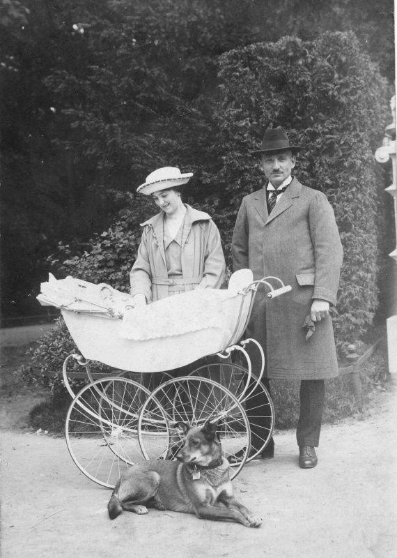 Paar mit Kinderwagen und Hund, Berlin 1922