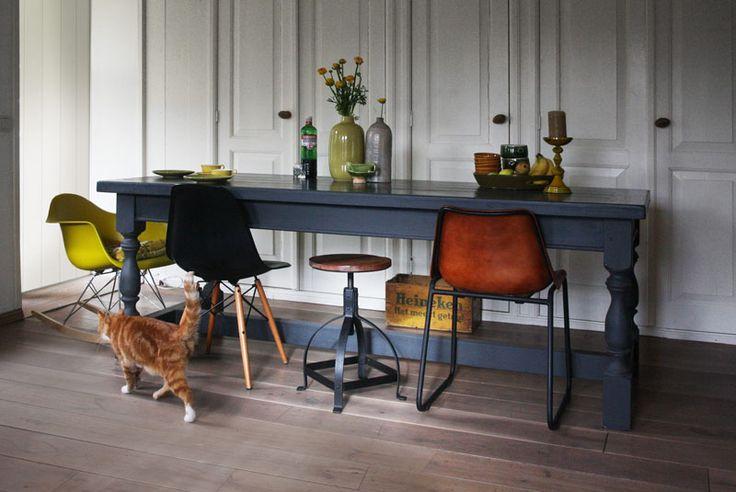 Eettafel landelijk en stoer van hout in blauwe / grijze tint. Ook in andere kleuren en met andere poten verkrijgbaar.