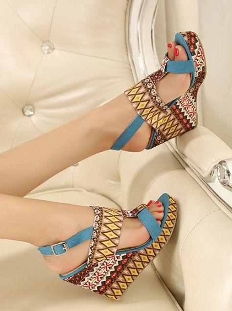 Böhmischen Stil Keil hohe Sandalen Schuhe. Perfekt zu schwarzen Röhrenjeans