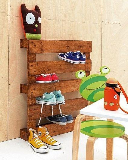 ESTANTE PARA ZAPATOS materiales: paleta de madera  solo tienes q ponerla de pie y ponerle los zapatos entre los huecos y ya, como esta en el diagrama.  cualquier duda favor de comentarlo...