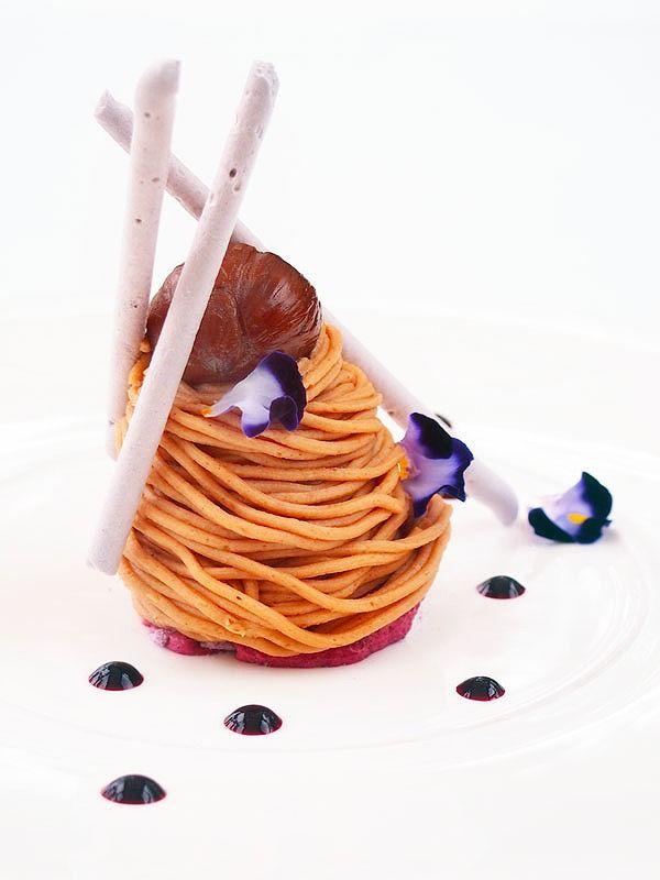 Dessert フランス産栗のモンブランにカシスのスフレグラッセ カカオのメレンゲとキャラメルのアロマ