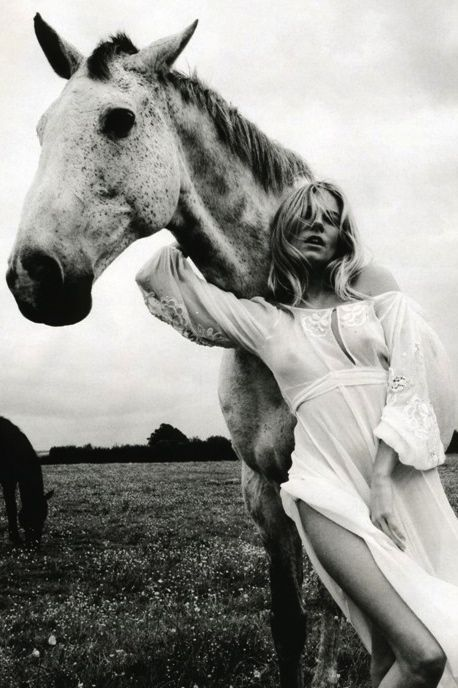 I want a horse and a dress just like hers <3