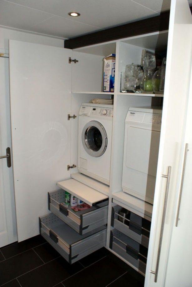 wasmachine en droger op ooghoogte met eronder lades