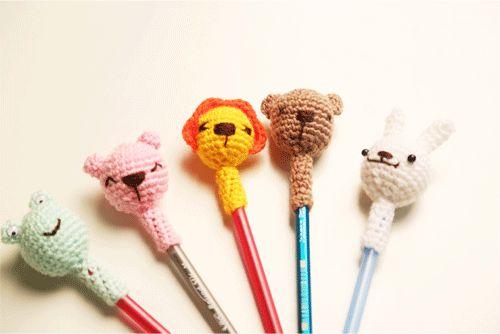 Amigurumi tekniğiyle atölyemizde yaptığımız kalem başlıklarımız :) Yapılışını görmek için: https://www.hobium.com/atolye/sevimli-havanlar-kalem-basliklari