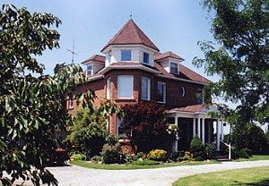 WUNDERSTRUCK B & B AND HOT TUB (CIRCA 1871) a Bed and Breakfast in Niagara-on-the-Lake.  Whether  relaxing on the porch swing, stargazing in the hot tub or gourmet breakfast dining  we promise to do our best  to make your stay memorable.