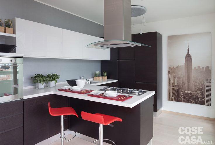 Luce naturale valorizzata al massimo, spazi aperti, passaggi fluidi: in un complesso di nuova costruzione, il trilocale di 88 mq è organizzato in modo semplice e funzionale. I contrasti delle tre tonalità dominanti - bianco, nero e rosso - caratterizzano i diversi ambienti, definendo i volumi al primo sguardo.