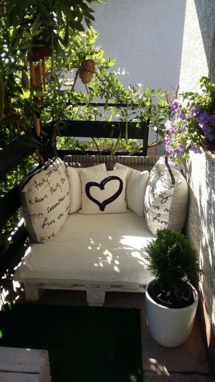 Idee Deko Terrasse, Möbel Sofa in Paletten weiß lackiert, mit Matratzen