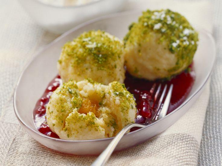 Aprikosenknödel mit Pistazien und Preiselbeersoße   http://eatsmarter.de/rezepte/aprikosenknoedel-mit-pistazien-und-preiselbeersosse