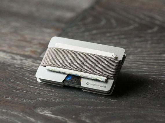 Kreditkartentasche aus schlichtem Metall. Zu finden bei Etsy.