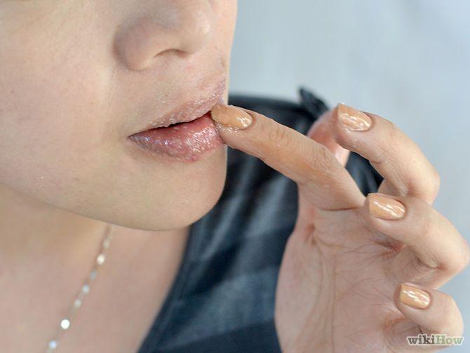Vuoi sapere come ottenere delle labbra lisce e morbide?Strofina le labbra con lo zucchero(e un po acqua) per esfoliarle,Applica la pasta sulle labbra con movimenti circolari per esfoliarle.Applica un po' di burrocacao o di vaselina subito dopo l'esfoliazione, prima di andare a letto e insieme ad una crema solare per proteggere le labbra dai raggi del sole. L'esposizione frequente ai raggi solari aumenta la possibilità di cancro alle labbra, soprattutto se combinato con l'uso di alcol e…