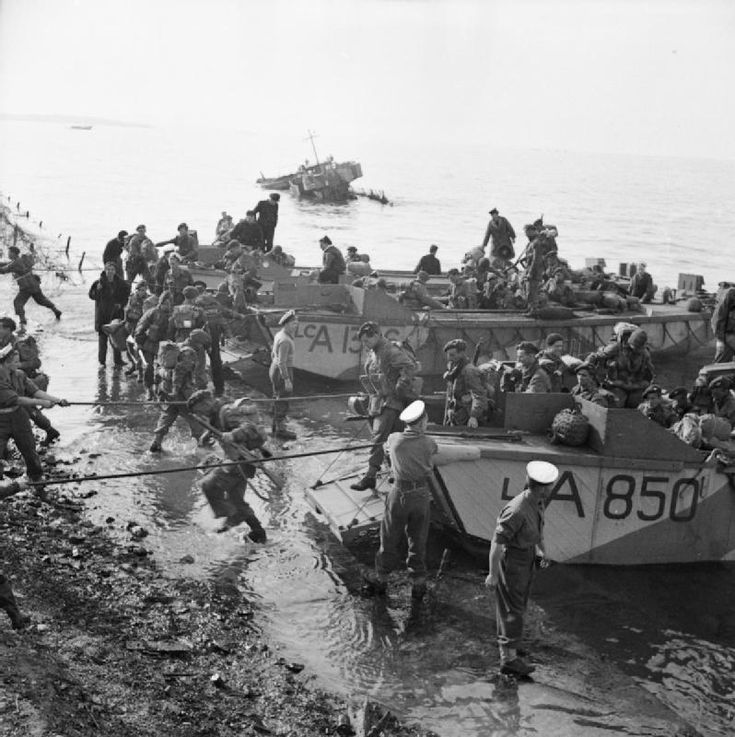 The British Army in Greece | 1944  | Men of 2nd Parachute Brigade disembarking from landing craft at Salonika, November 8, 1944.