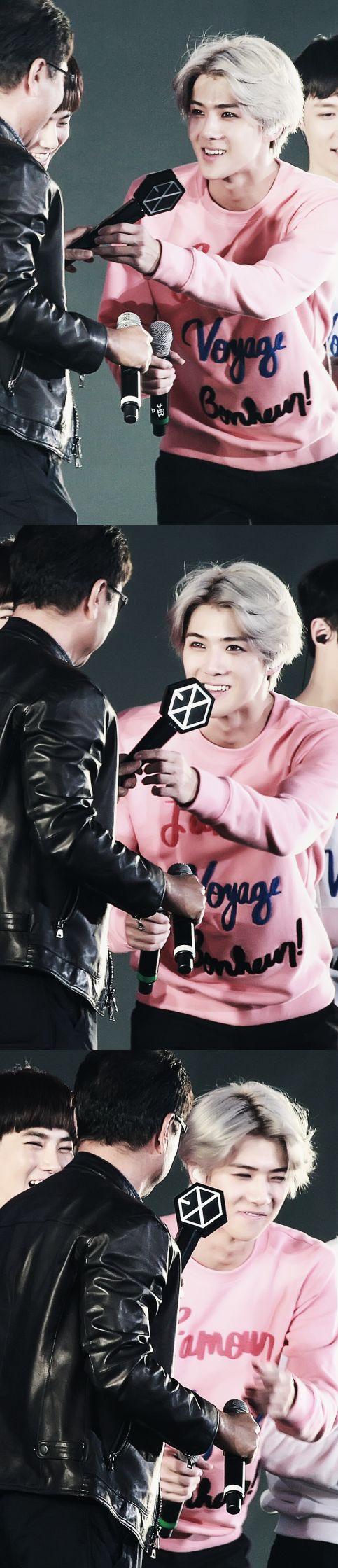 baby sehun gave a lightstick to papa soo man