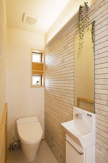 漆喰とタイル張りの壁。清潔感あふれるトイレ。