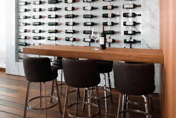 una terraza techada con vista al Oceano Pacifico se ha convertido en un espacio bar para un collecionista de vinos.