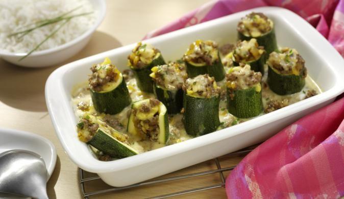 Zuerst die Zucchini in dicke Stücke schneiden, aushöhlen und mit würzigem…