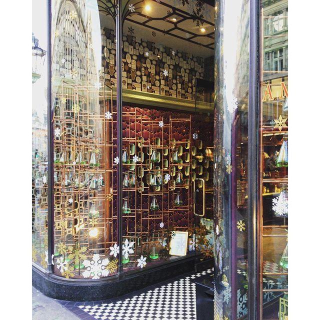 @lubay 10/10 shop front #regentstreet #windowdisplay #glass #festive #penhaligon